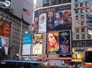 ビルボードが並ぶ劇場街