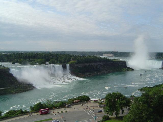 アメリカ滝とカナダ滝が見えるよ。(ナイアガラ観光局写真提供)