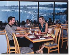 滝の見えるレストランで昼食(注:滝側の席になるとは限りません)