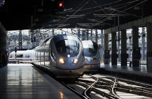 駅に進入する特急列車