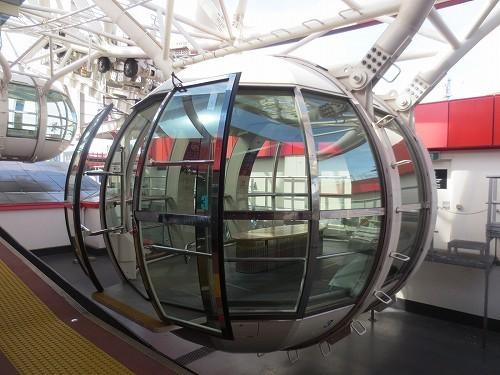 20人乗りのキャビンはエアコン完備で、ガラス張り。とても広々しています。