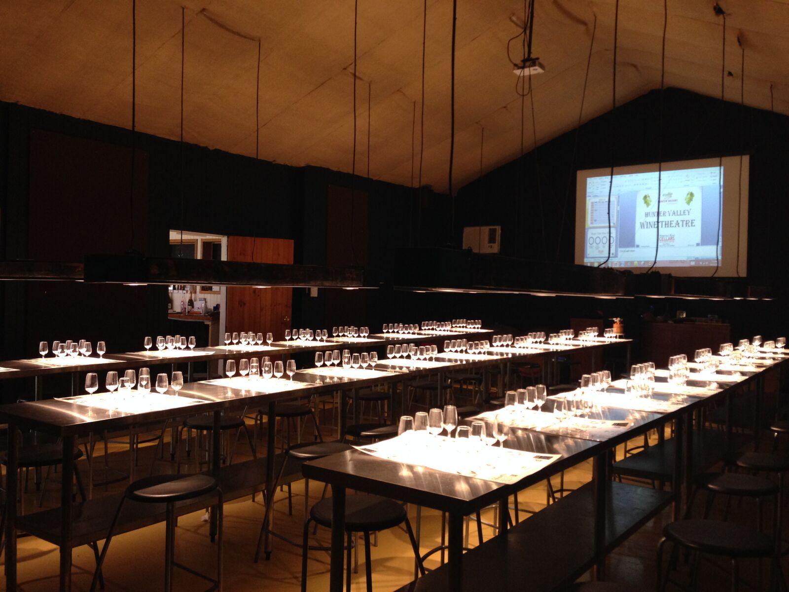 ワインシアターにてハンターバレーでのワイン造りについてスクリーンで学びます