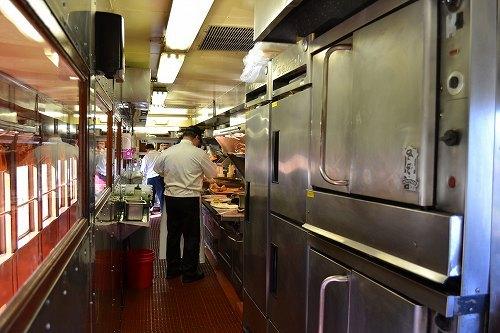 厨房 料理は列車内で料理されています