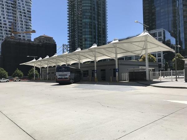 バス乗り場は、建物の裏側にあります