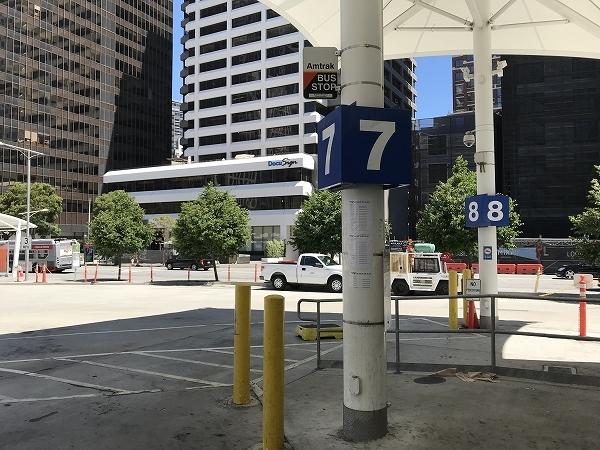 バス乗り場7番または8番から、7:00am出発のバスに乗車します
