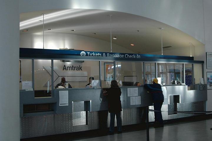 アムトラックチェックイン、E-TICKETを提示し乗車券を受け取ります