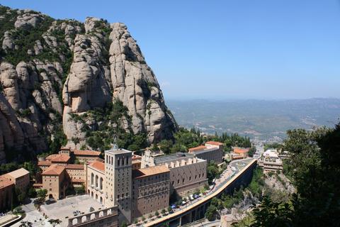 モンセラットの山はピンク色の礫岩などの堆積岩によって構成されている。