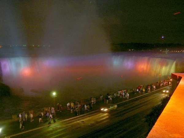ライトアップされた滝!