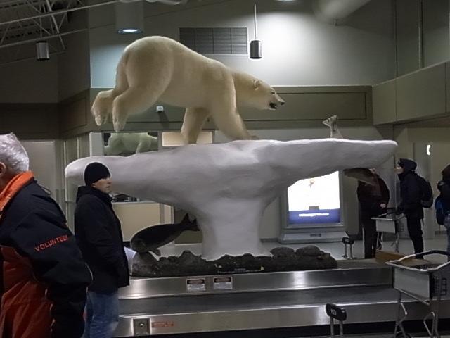 イエローナイフ空港では、しろくまくんがお出迎え