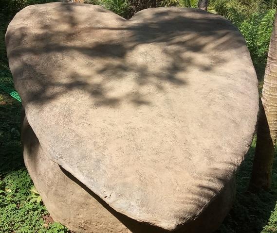 巨大ハート型石も