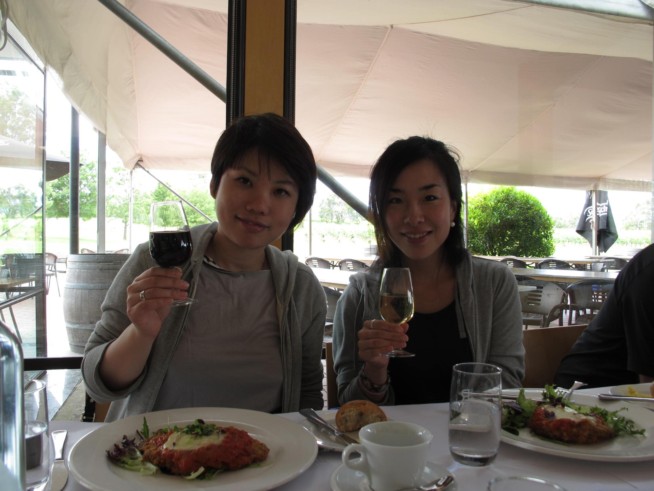 テイスティングのワインとともに乾杯!