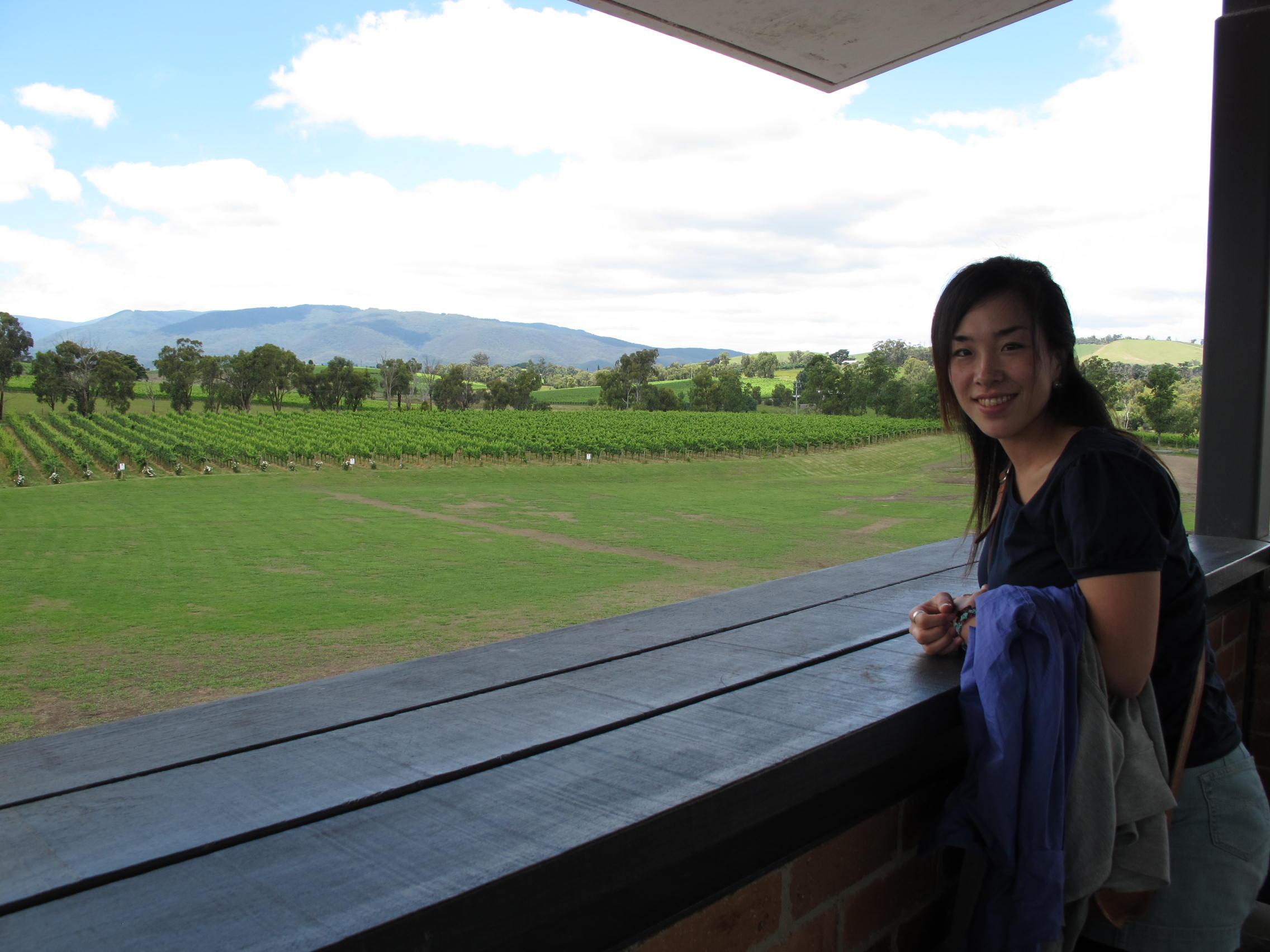 ワイン畑を背景にパチリ☆