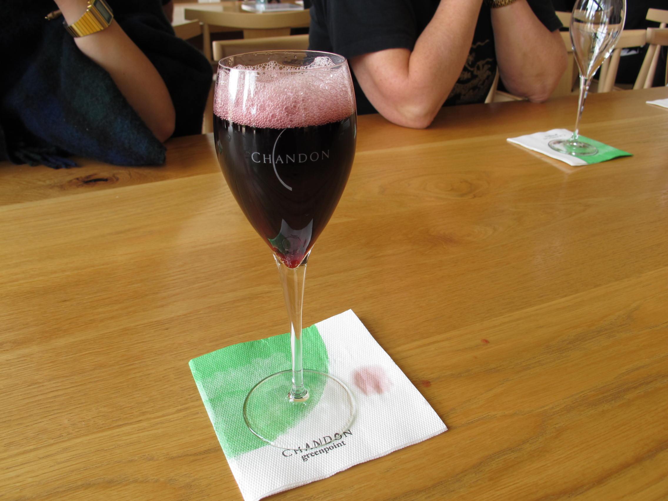 珍しい赤のスパークリングワインも試してみましょう