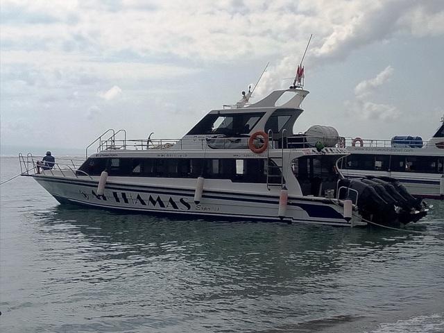 レンボンガン島を往復するスピードボート