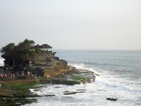 海の神様を祀るタナロット寺院