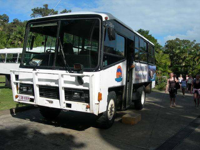 デザートサファリツアーの4WDバス