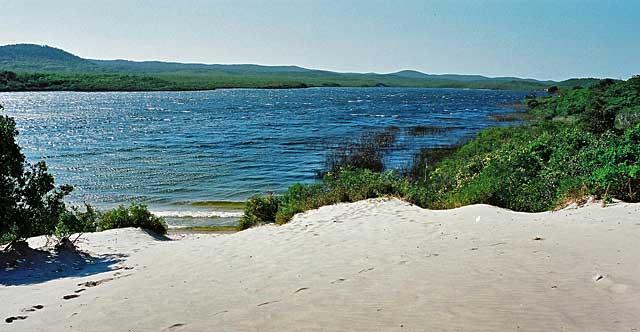 モートン島唯一の淡水湖 ...