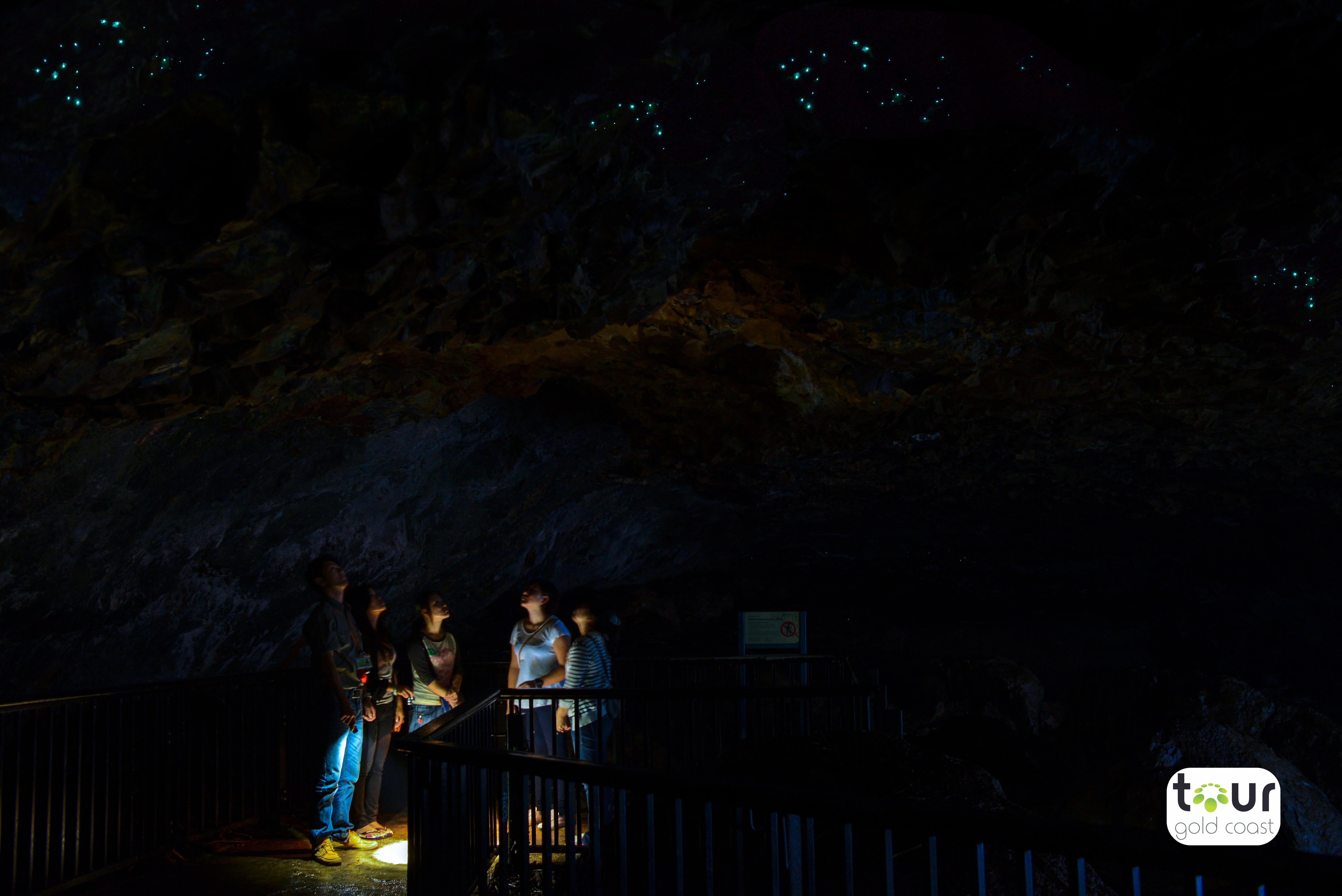 洞窟の中は幻想的な世界が広がります。