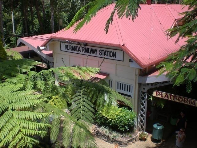 列車のキュランダの駅