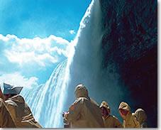 ナイアガラクルーズに乗れない時は、滝の裏側観光でも、迫力滝を味わえるよ。(ナイアガラ観光局写真提供)