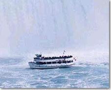 ナイアガラクルーズ(旧称 霧の乙女号)に乗って滝の側まで行ってみよう。(ナイアガラ観光局写真提供)