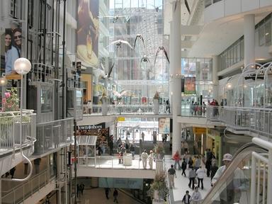 イートンセンターでお買い物(トロント観光局写真提供)