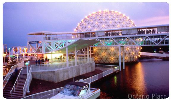 オンタリオプレース夜景(トロント観光局写真提供)