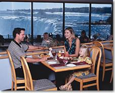 レストランから滝が見えるよ(注:滝側の席になるとは限りません)