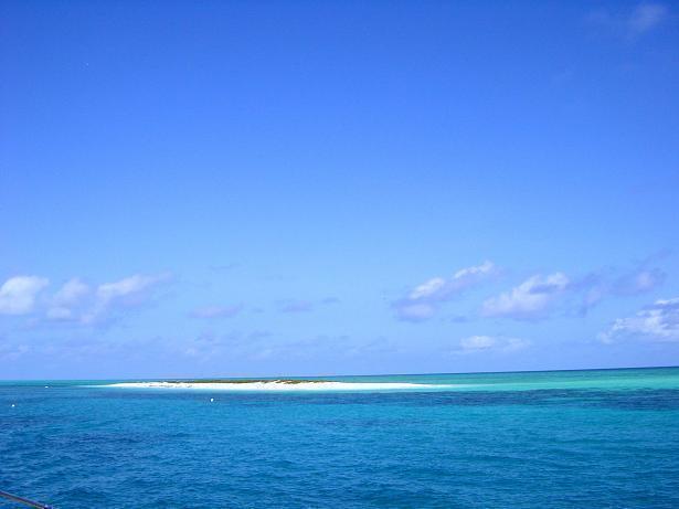 クリスタルブルーの海に浮かぶ白砂のミコマスケイ
