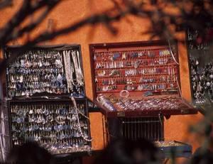 シルバーアクセサリーの露天も並びます。