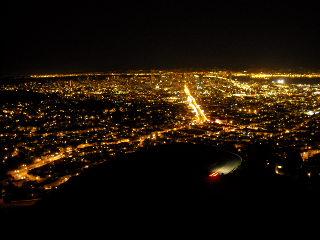 ツインピークスから見下ろす市内の夜景