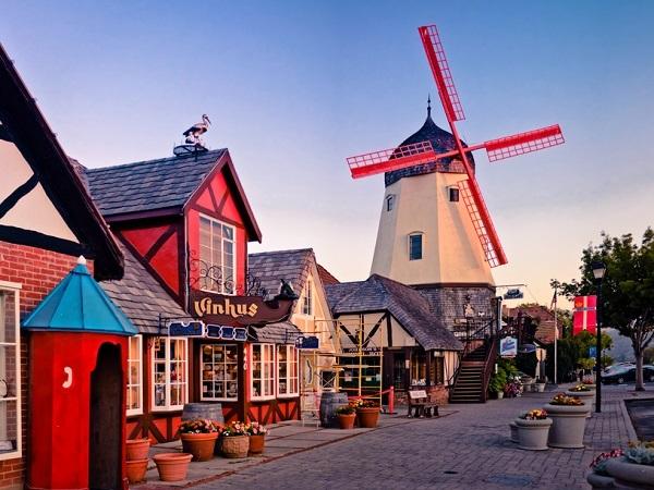 風車がシンボルのデンマーク村
