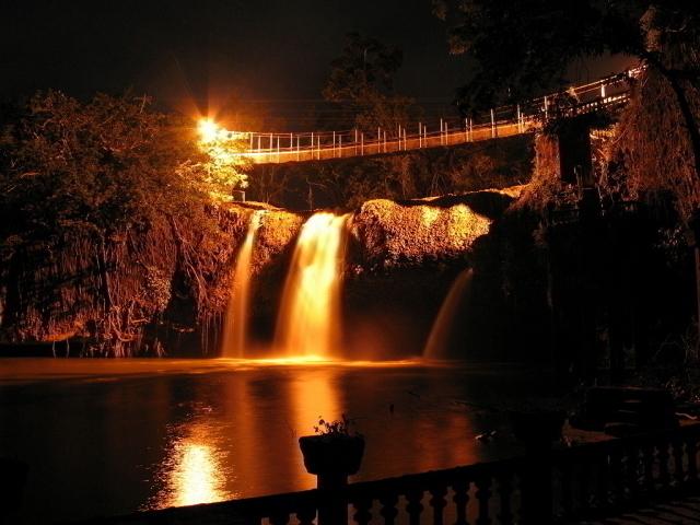 幻想的な夜の滝は息を呑む美しさ