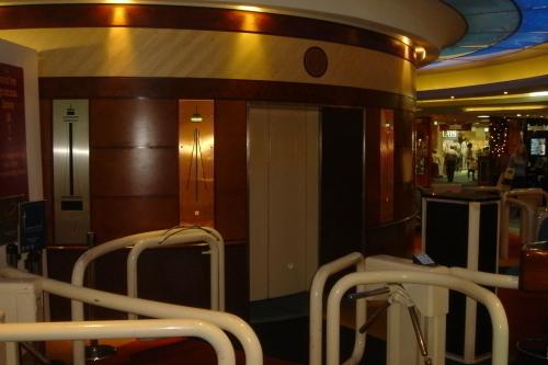 レストランへのエレベーター!!セキュリテーチェックがあります