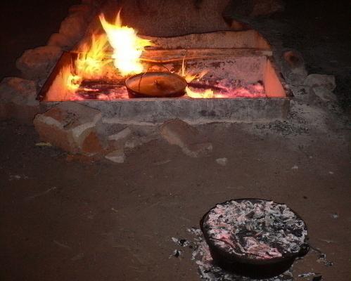 キャンプファイヤーを利用して夕食の準備