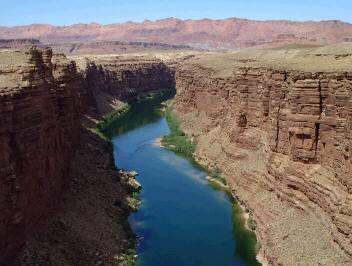コロラド川の雄大な流れ