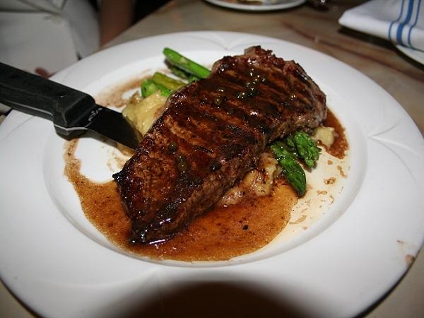 ステーキもかなりのボリューム。もう1種は、グリルチキン