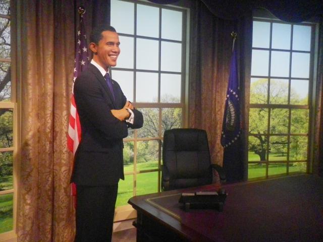 マダム・タッソー。オバマ米大統領と一緒に仕事をしてる風に写真を撮ってみる?