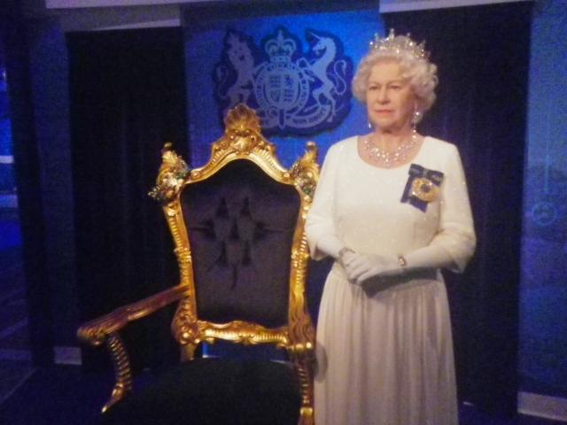 マダム・タッソー。エリザベス英女王と記念撮影しちゃいましょう。