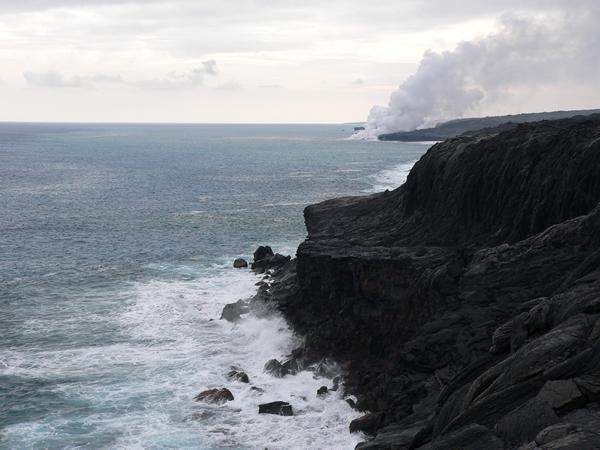 海に流れ込む溶岩
