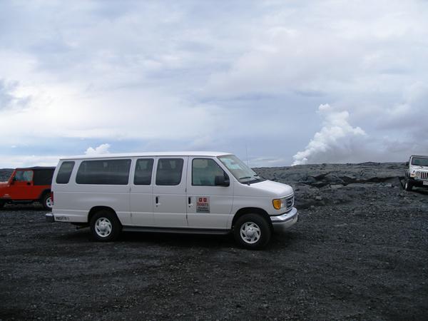 溶岩ウォーク出発、噴煙は見えてます