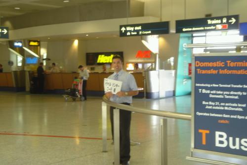 空港での出迎えの様子