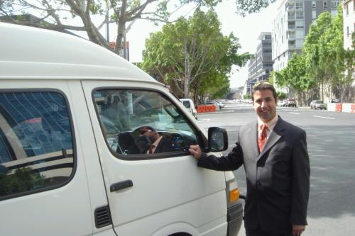 日本語を話すドライバーガイドがご案内致します。(バス・ガイドは一例です)