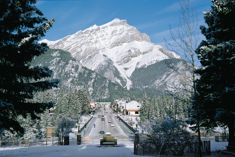 冬のバンフアベニューとバンフの山々
