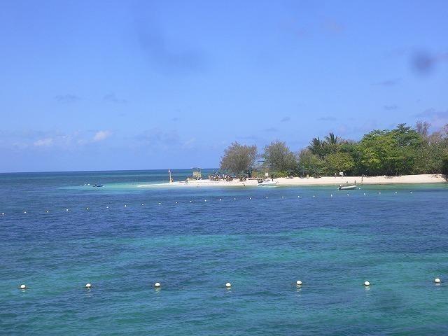 珊瑚礁に浮かぶグリーン島