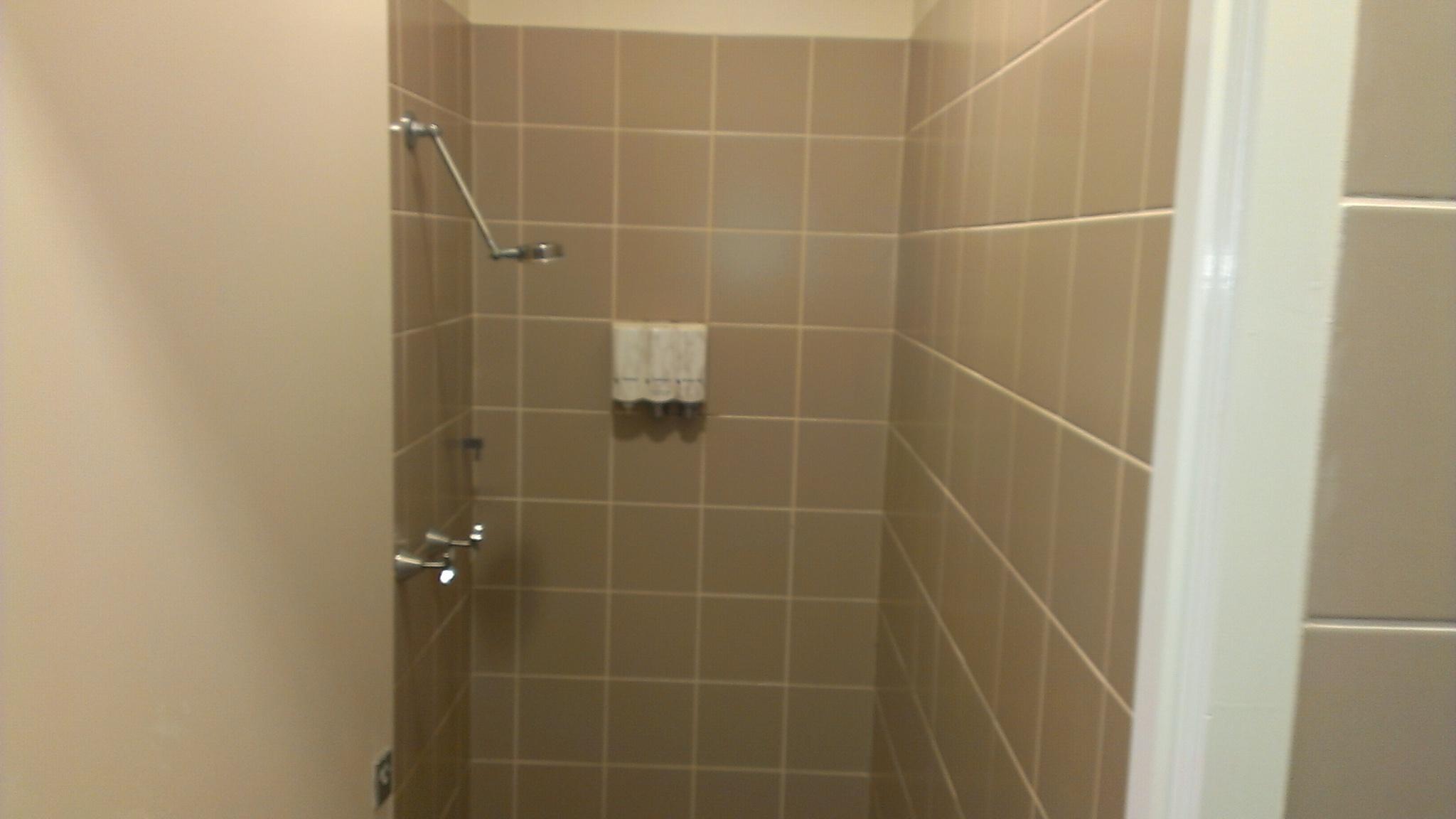 リゾート内デイラウンジ・シャワー室完備(イルカ餌付けプログラムご参加の方のみ)
