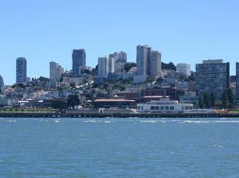 海上から見る街の様子