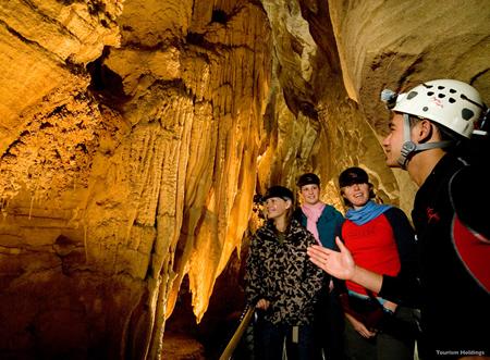 ワイトモ洞窟でアドベンチャーな気分満喫