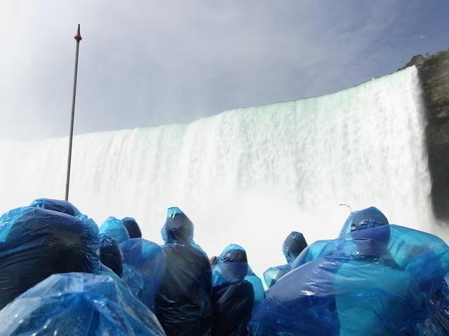 ナイアガラクルーズ カナダ滝に接近で迫力あります。