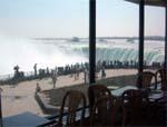 昼食は滝の見えるレストラン♪※滝側のお席になるとは限りません (ナイアガラ観光局写真提供)